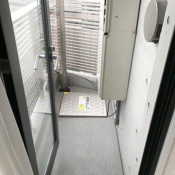 コンパクトなバルコニー。※写真は14階の同間取り別部屋のものです