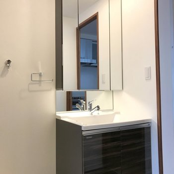 立派な独立洗面台。※写真は14階の同間取り別部屋のものです