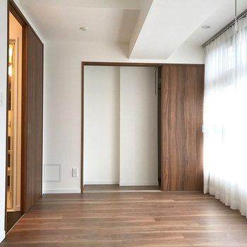 左はサニタリールームへ。※写真は14階の同間取り別部屋のものです