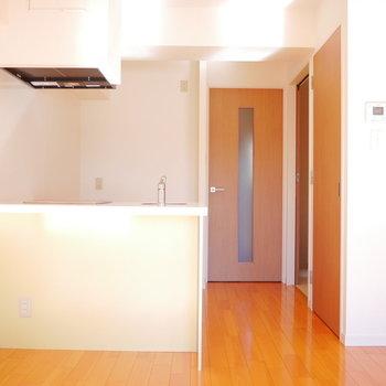 対面式のキッチンがお洒落(※写真は3階の反転間取り別部屋のものです)