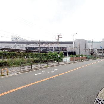 周辺環境】大きな道路沿いに歩けば新大阪駅はすぐ。