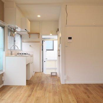水回りは玄関側にまとめて居室スペースを広くとります※写真は2階の似た間取り別部屋のものです