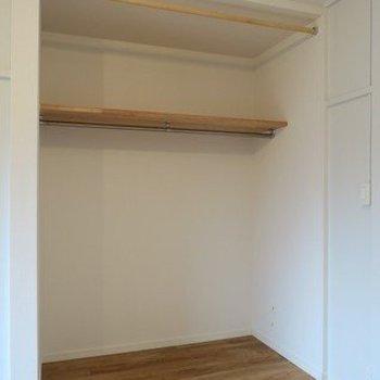 収納はオープンクローゼット!服や趣味の荷物が多い方にもおすすめです※写真は似た間取り別部屋のものです