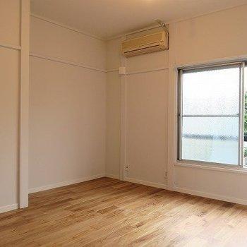 こちらの左の空間が収納スペースとなります。※写真は2階の似た間取り別部屋のものです