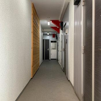 玄関前、共用部へ。
