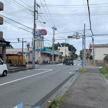 マンション前の通り。近所にはドラッグストアが2件ありました。