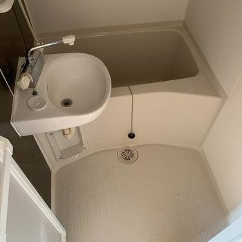 お風呂は2点ユニットです。※写真はクリーニング前のものです