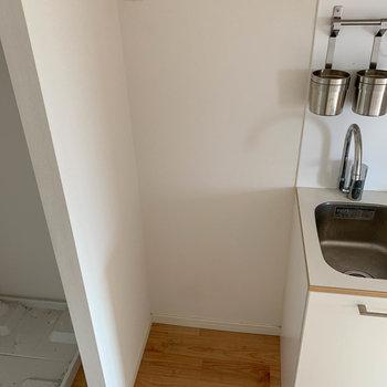 隣に冷蔵庫置き場。※写真はクリーニング前のものです