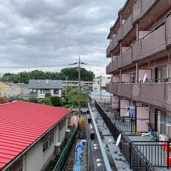 サイドの窓からの眺望は、お隣のマンションです。