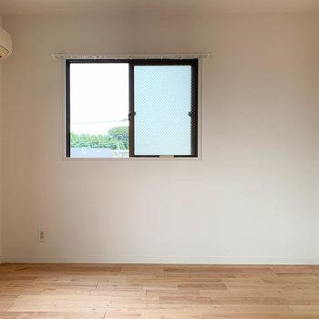 小窓沿いにベッドが置きやすそう。
