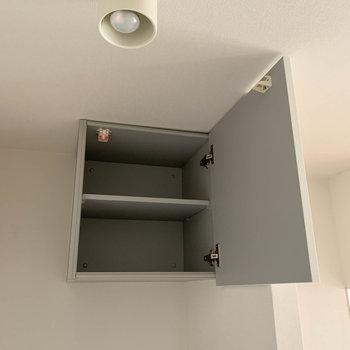 上部の棚は、洗剤のストック置き場に便利。※写真はクリーニング前のものです