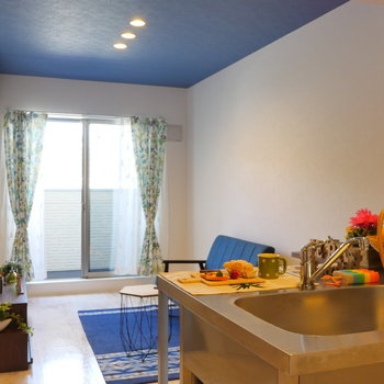 ブルーの天井クロスが素敵。青色の家具を置けば、統一感◎(※写真は1階の同間取り別部屋のものです)