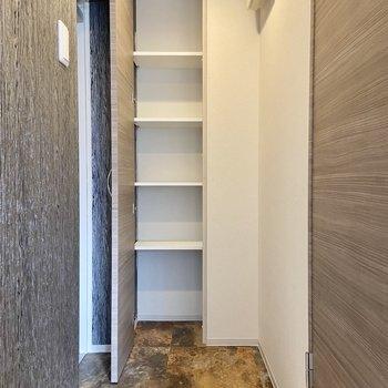 玄関収納は可動棚になっていて天井までたっぷり入りそうですよ。