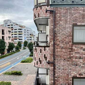【南西眺望】ご近所さんの外壁と大通りが見えます。