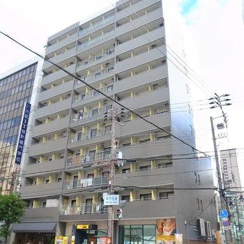 大通り沿いのがっしりしたマンション。1階にケーキ屋、ジムが入っています。
