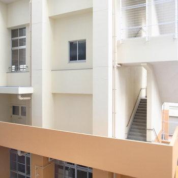 【共用部】廊下は、となりの学校に面しています。