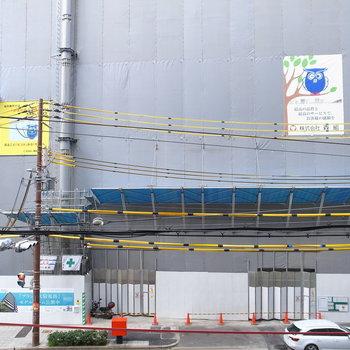 お向かいは建設中。ベランダは大通りに面しています。