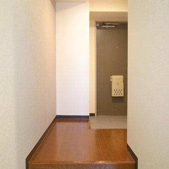 玄関とのあいだにはやや高めの段差があるのでご注意を。