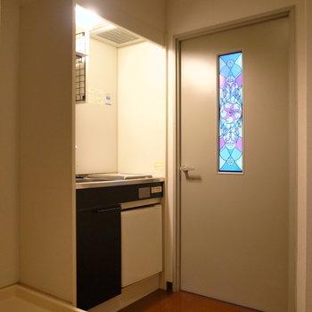 キッチンスペースと玄関周りはほんのりした明るさです。