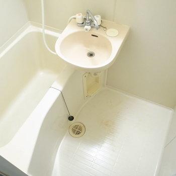 洗面台がいっしょのユニットバスです。