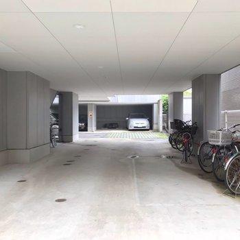 駐輪場はエントランスの隣に。屋根付きで雨に濡れにくいです。