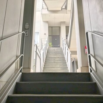 共用廊下もとってもきれい。2階のお部屋ですが、段数は少ないですよ。