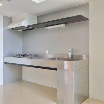 オールステンレスのキッチンは、クールな佇まい。