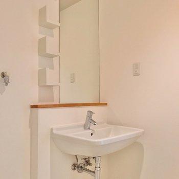 シンプルな佇まいの洗面台。シングルレバーで温度調節も簡単です。