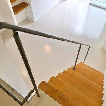 階段をおりると18.5帖のリビング。