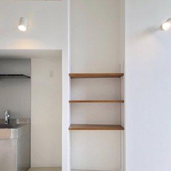 冷蔵庫置場はシンクの隣。棚にはレシピ本などを並べておきたい。