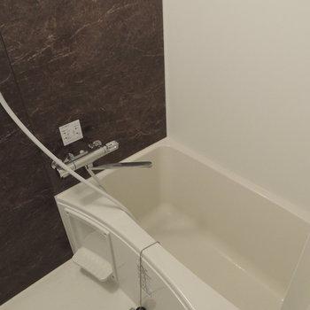 綺麗な浴槽です。壁がオシャレ※写真は前回募集時のものです
