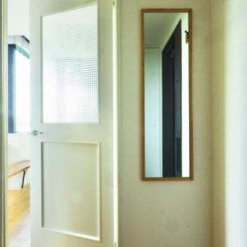 姿見とハンガーフックがついていますよ。ホワイトのドアが可愛らしいですね。