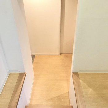それでは階段をさらにおりてみましょう!