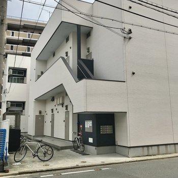 目の前のアパートかと思いきや、奥のアパートです…!同じような外観ですよ♩