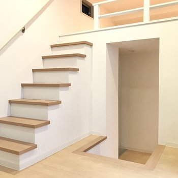 しっかりした階段だから怖くない◯ではのぼってみましょう!