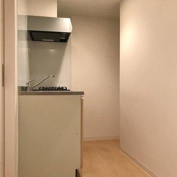 おりて右側にはキッチンがありました!奥には冷蔵庫も置けますよ