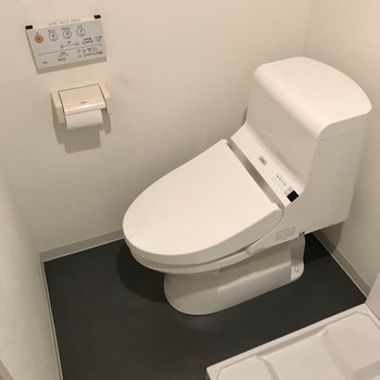 なんだかトイレはこぢんまり。ウォシュレット付き◯