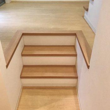 まずは階段をのぼって……