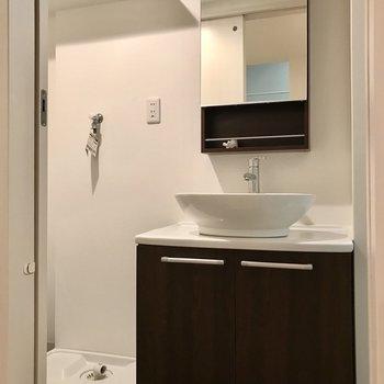 まあるい形がお洒落な洗面台◯鏡の後ろも収納ですよ!