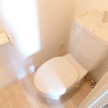トイレはシンプルな感じ(※写真は2階の同間取り別部屋のものです)