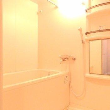 お風呂は浴室乾燥機つき(※写真は2階の同間取り別部屋のものです)