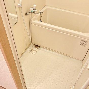 お風呂はひねるタイプ。浴室は広めなのでゆったりできそう。