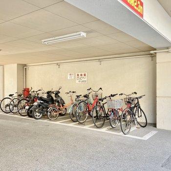 自転車置き場は1階部分に。