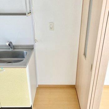 お隣に冷蔵庫を置きましょ。すでにお持ちの方はサイズ感を要チェック。