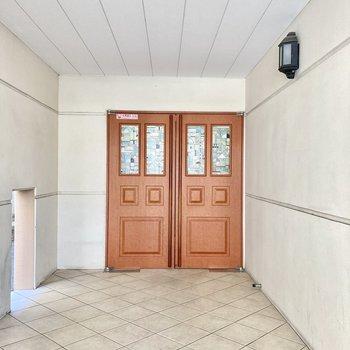 可愛らしいマンションの玄関でしょ?