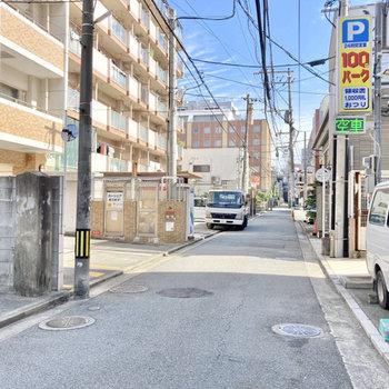 お部屋の前は、中心部に近いですが交通量が多くない小道。