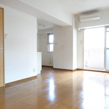 左奥にキッチン。キッチン向かいに冷蔵庫置けるスペースも◎(※写真は2階の同間取り別部屋、清掃前のものです)