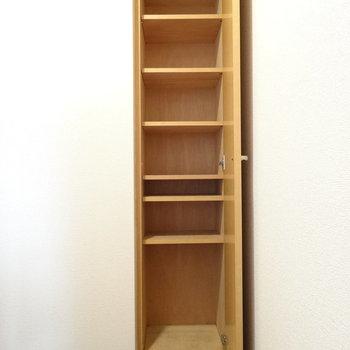 シューズボックスの棚は動かせる◎ロングブーツも置けそう!(※写真は2階の同間取り別部屋、清掃前のものです)