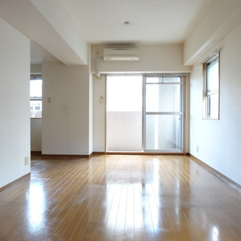 エアコン付きが嬉しい◎奥の壁側にテレビが置けるね!(※写真は2階の同間取り別部屋、清掃前のものです)