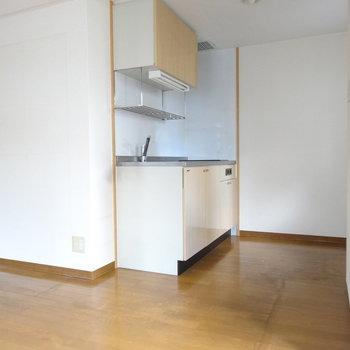 クリーム色がいいね♪スッキリとしたシステムキッチン。(※写真は2階の同間取り別部屋、清掃前のものです)
